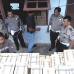 KASUBDIT Regident Ditlantas Polda Aceh, AKBP Teguh Priyambodo SIK (kanan) dan Kasi STNK, Kompol Eddy Harahap (dua dari kanan) melihat pelat TNKB yang baru tiba di Ditlantas Polda Aceh, Kamis (4/12). Pelat TNKB sebanyak 68 ribu itu dikirim dari Korlantas Mabes Polri. SERAMBI/MISRAN ASRI